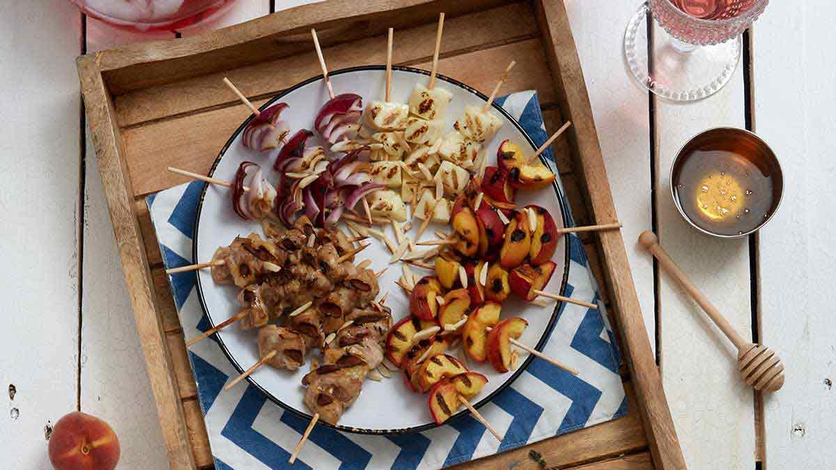 Brochettes de poulet, d'halloumi et de pêches parfumées de miel et de thym