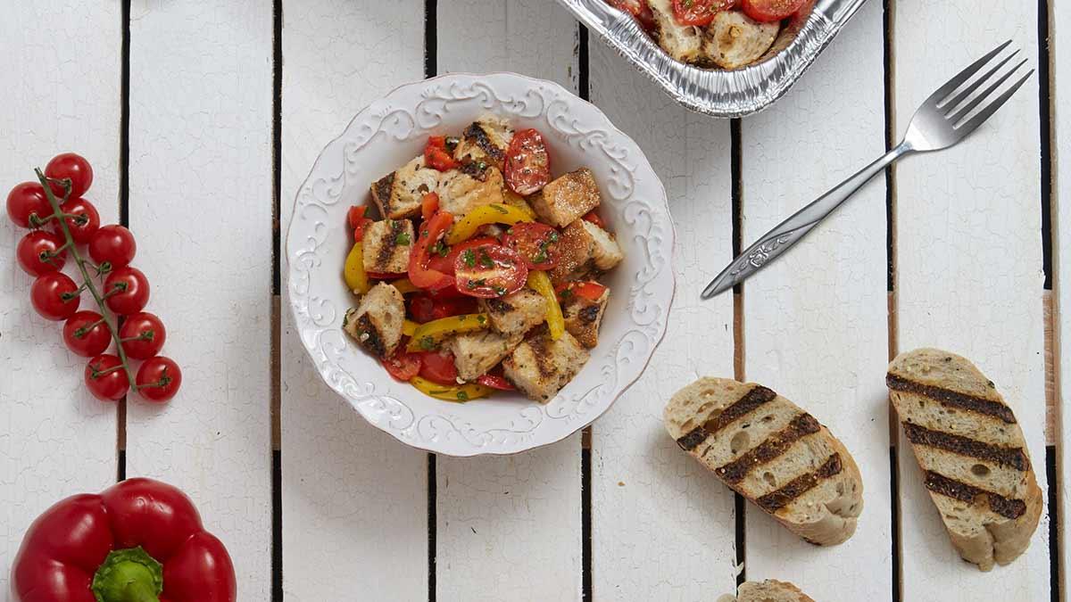 Panzanella aux légumes grillés aromatisée à l'ail