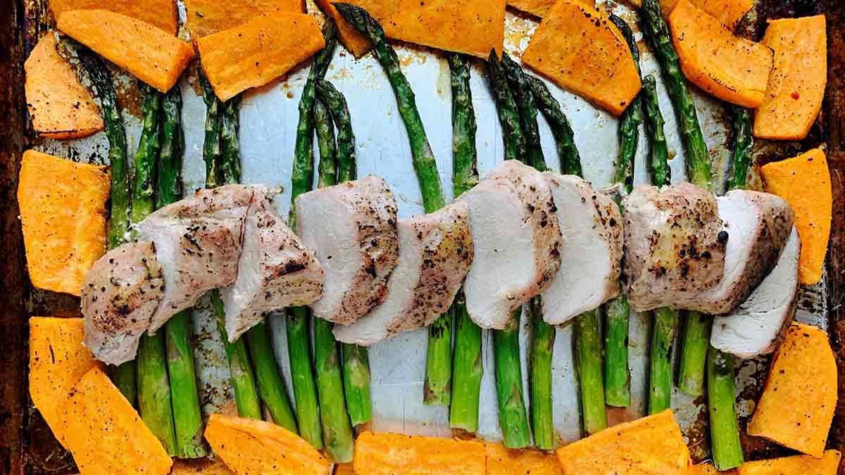 Filets-De-Porc-Patates-Douces-et-Asperges-Sur-Plaque-à-Cuisson
